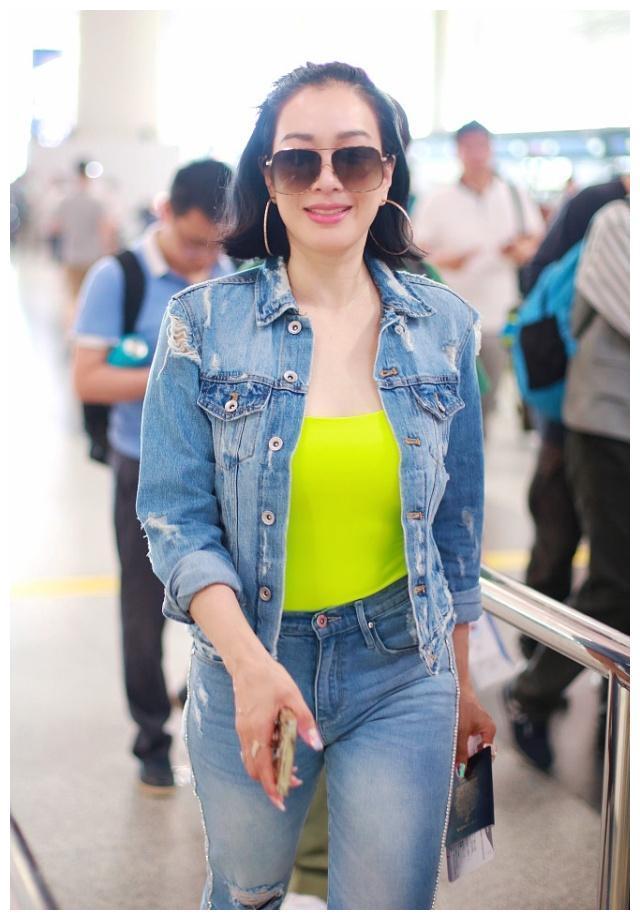 钟丽缇穿牛仔装现身机场,网友:看完她,我也有自信穿紧身裤了