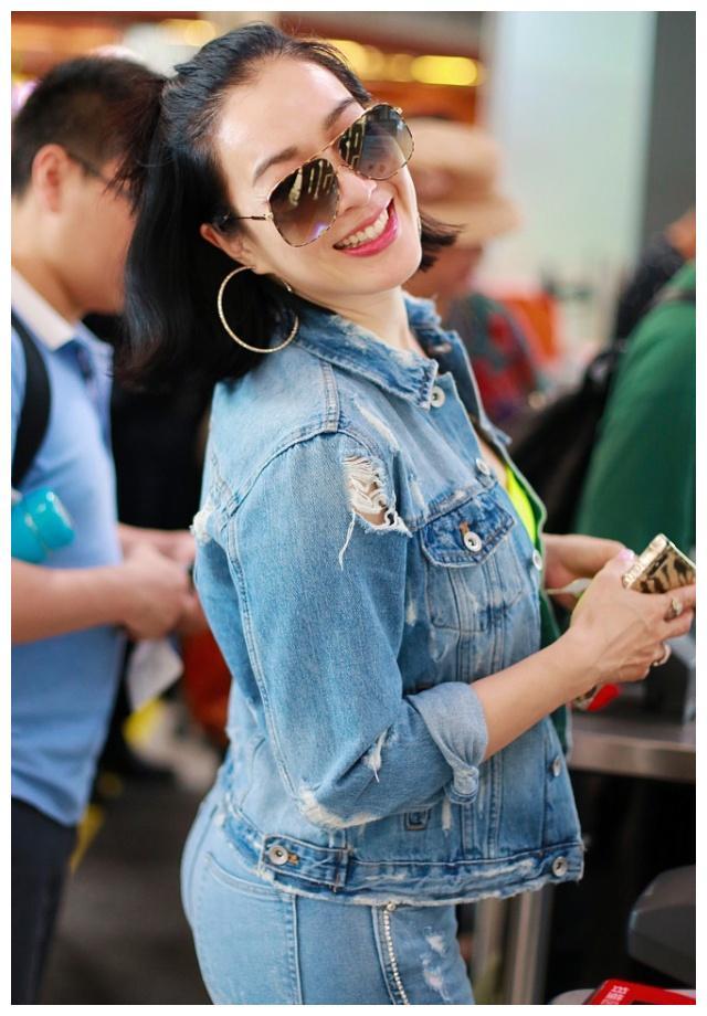 钟丽缇穿牛仔装现身机场,网友:看完她,我也有自信穿紧身裤 牛仔与明星 5