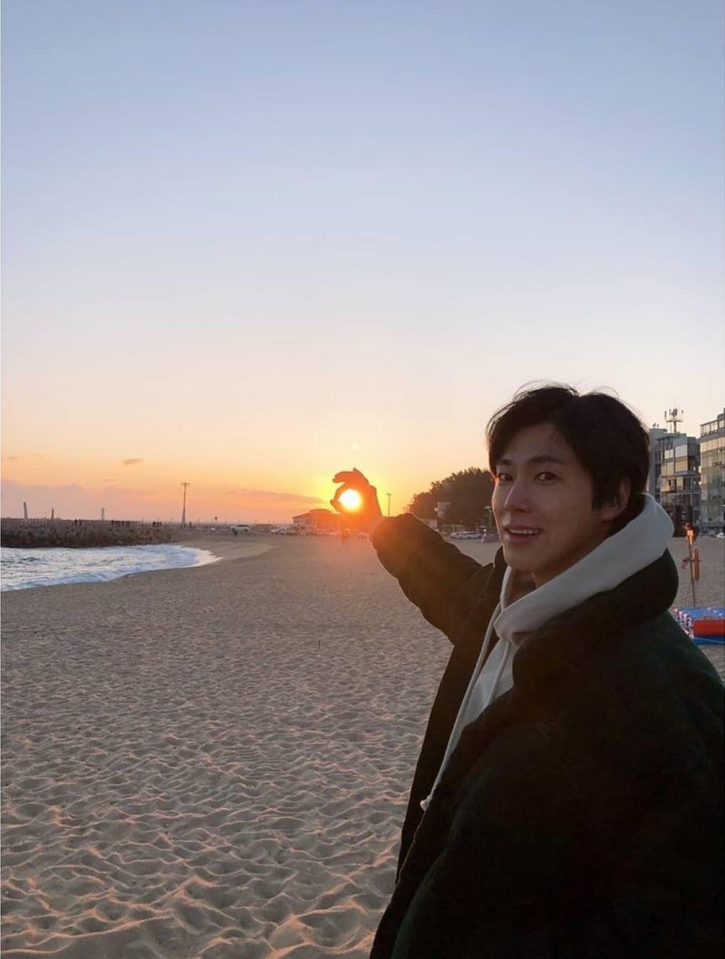 郑允浩公开了与新年第一次日出的近况照片