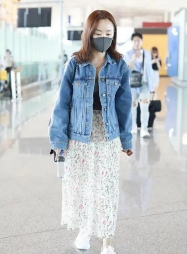 杨蓉低调现身机场,穿牛仔外套搭配碎花半身裙,简约又接地气女孩