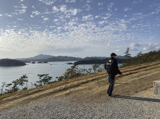 EXO吴世勋公开在河边散步的近况 凛然的背影令人窒息