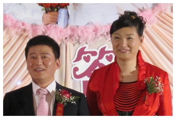 40岁杨昊与学生聚会,笑容依旧灿烂,结婚10年未生娃很快乐