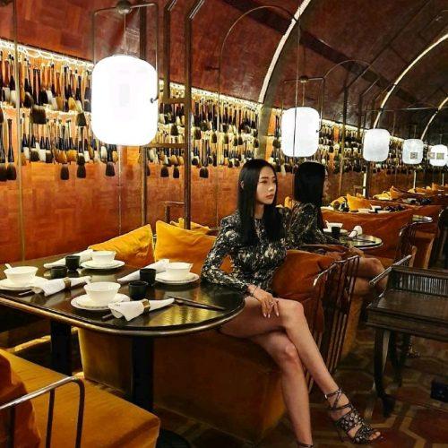 克拉拉李成敏因合身的服装而成为话题 在餐厅秀美腿魅力四射