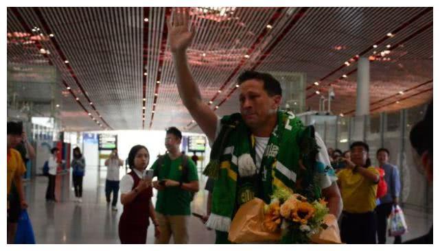 数千球迷赴机场送别施密特,泪崩!他失了帅位却赢得球迷的心
