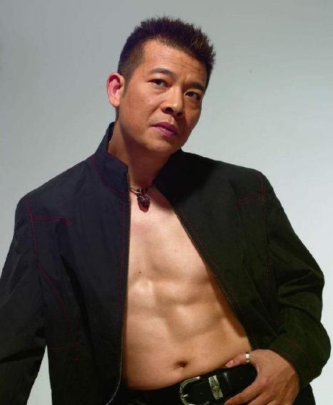 他演技不亞於劉德華,一臉正氣卻總演反派,今為妻子在酒吧駐唱