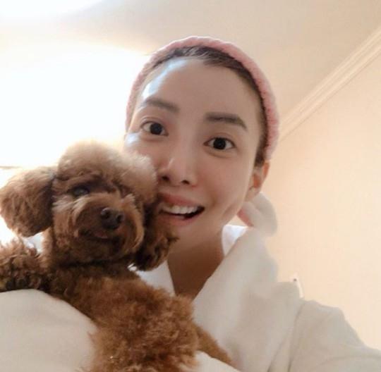 尹世雅素颜也很美和爱犬一起向粉丝打招呼圣诞快乐
