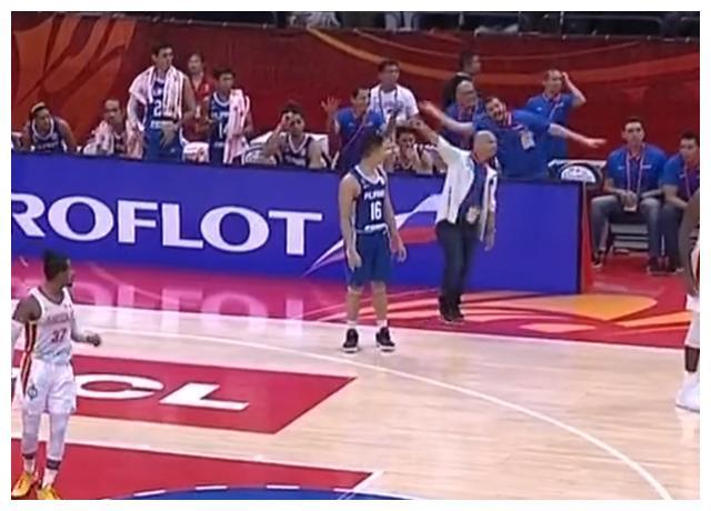 今年世界杯有点怪!菲律宾男篮出现JR事件,主帅在场下暴跳如雷