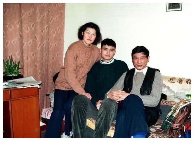 """姚明9岁女儿有多高?3张图片可以看得出来,爷爷奶奶也是""""高"""