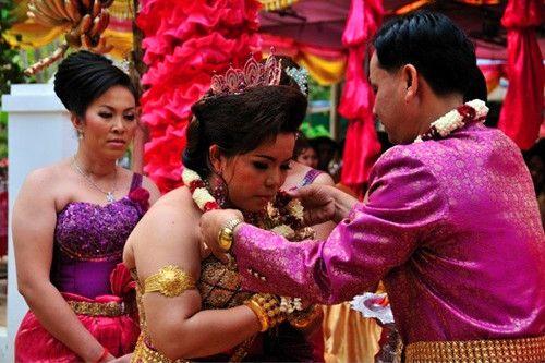 柬埔寨的女孩在出嫁之前必须学会吸烟,认为这样才有魅力
