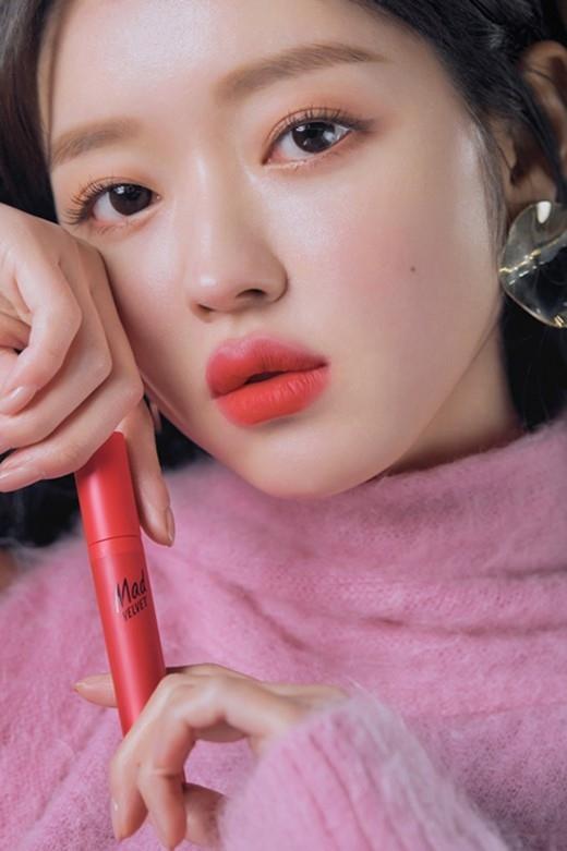 OH MY GIRL刘是我展现魅力十足的红底妆
