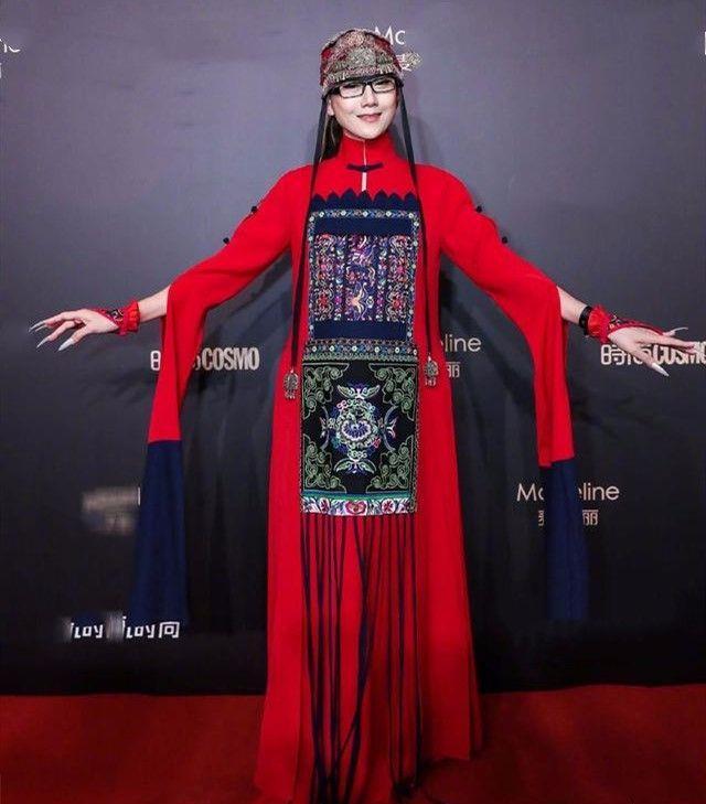 杨丽萍干瘦的体型,老的很真实了,就不该挑染黄发赶潮流!