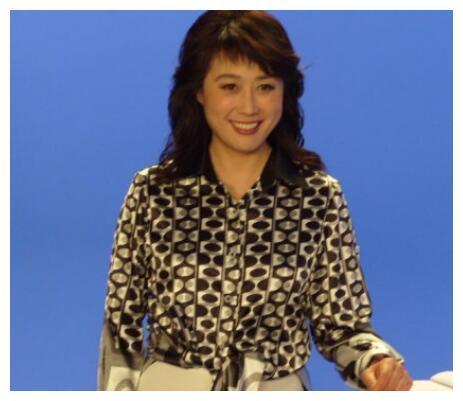 曾和倪萍力争央视一姐,因跟不上潮流被淘汰,今62岁过成这样