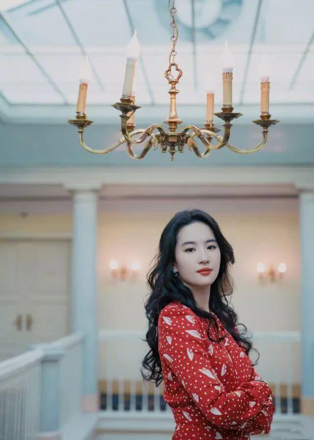 神仙姐姐刘亦菲红色碎花裙美丽撩人