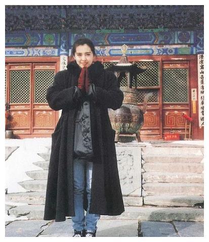 """王祖贤92年旧照公开,牛仔裤配披风成""""网红风鼻祖"""",顶不住了"""