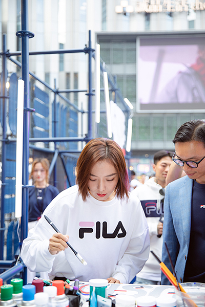 王珞丹清新运动装现身深圳  分享滑板潮流文化引燃全场