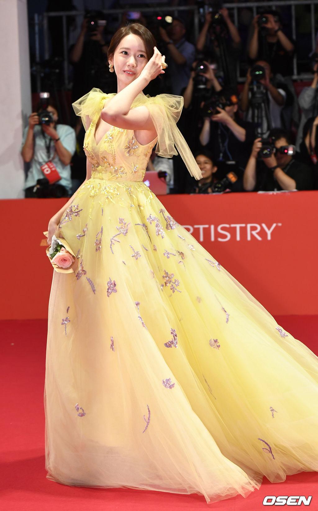 韩国女神林允儿的系列完美礼服 颁奖典礼上比以往更耀眼