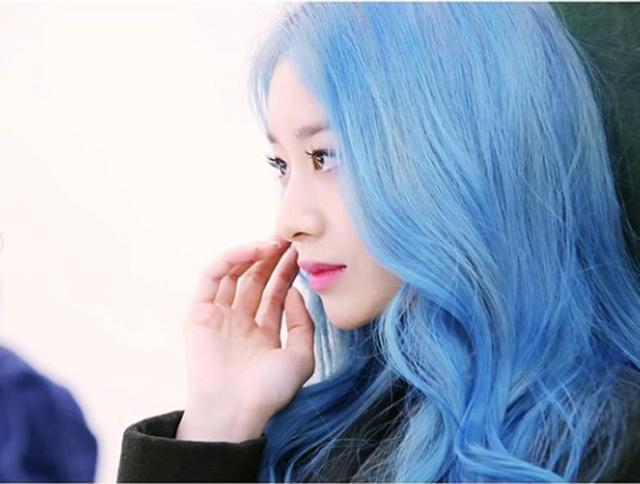 朴智妍公开华丽的蓝色发型的美貌