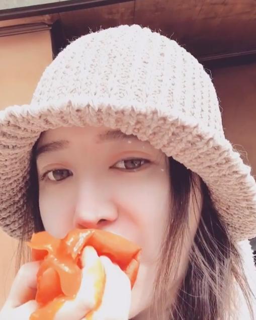 具惠善和父母旅行 用Instagram报告近况 吃柿子的视频让人难受