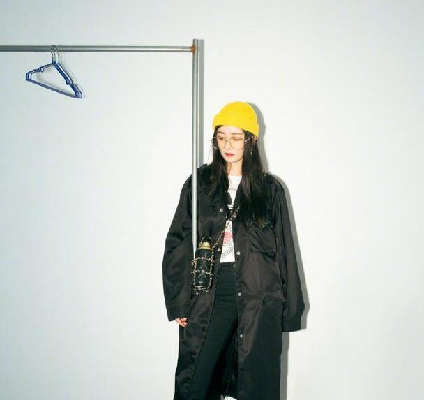 杨幂不愧是时尚女王,大衣+保温杯,老年养生造型都能引领新潮流
