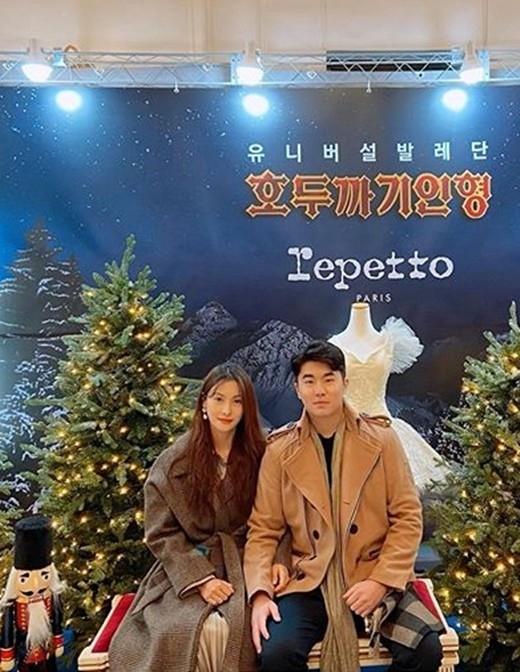 热恋中的朴奎利首次公开与恋人宋子昊约会照片 挽着胳膊甜蜜的两人