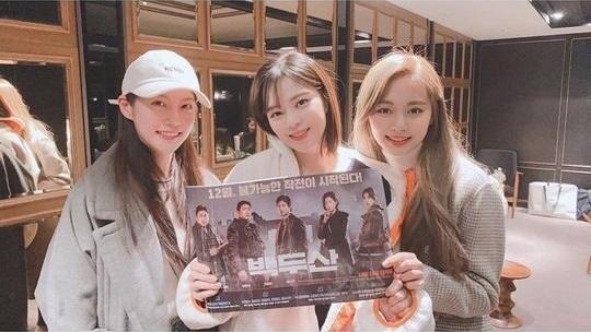 TWICE周子瑜和俞定延、孔升妍公开美貌出众的合照 一起观看电影《白头山》