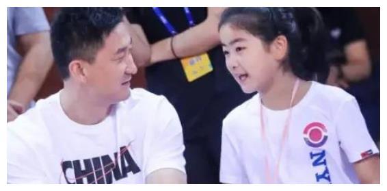 姚明独女姚沁蕾在姚基金慈善赛砍下6分,并且多位男篮球员送助