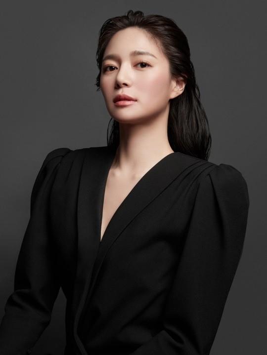 韩国女艺人李伊利雅拍代言品牌最新宣传照