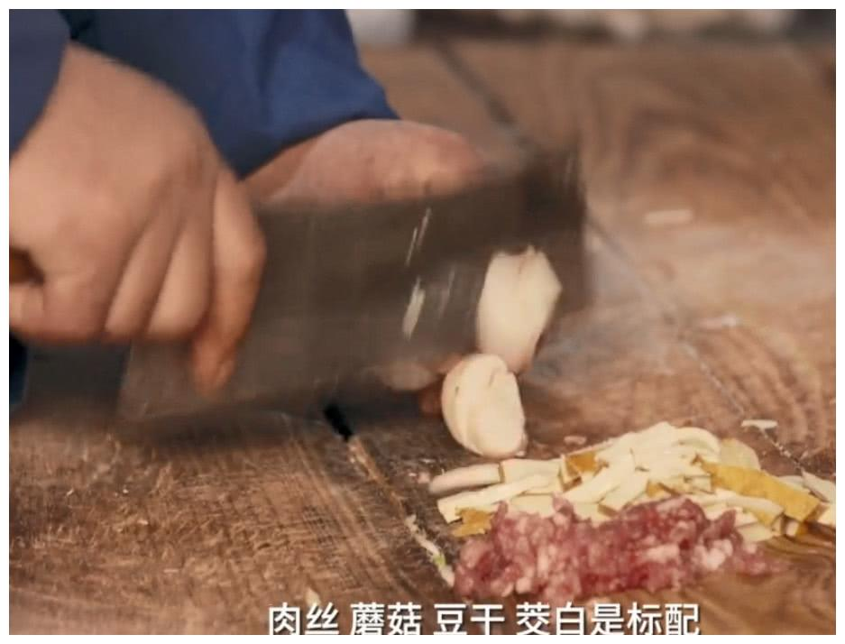 浙江临海街头独有的小炒,用菜刀边炒边切,吃着柔韧有劲很丰盛