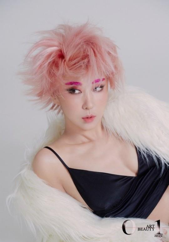 金完宣粉红色短发大胆变身 公开令人震惊的写真