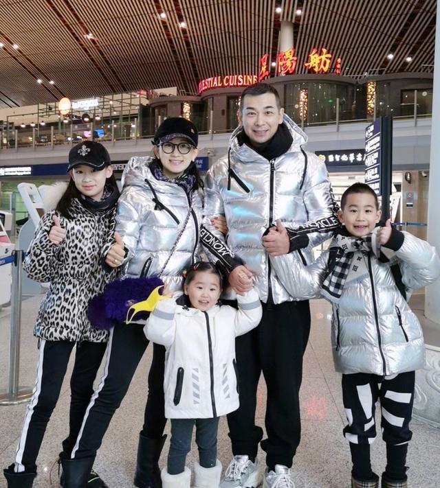 赵文卓年近50依然有型,一家五口去滑雪,银色羽绒服穿出潮流感