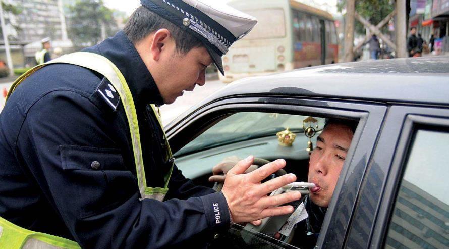酒驾与无证驾驶互撞,到底谁责任更大?交警说出了答案