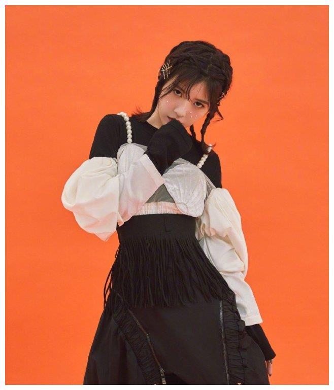 赖美云前卫造型大胆,胸衣被吐槽像扇贝,网友:看不懂时尚!