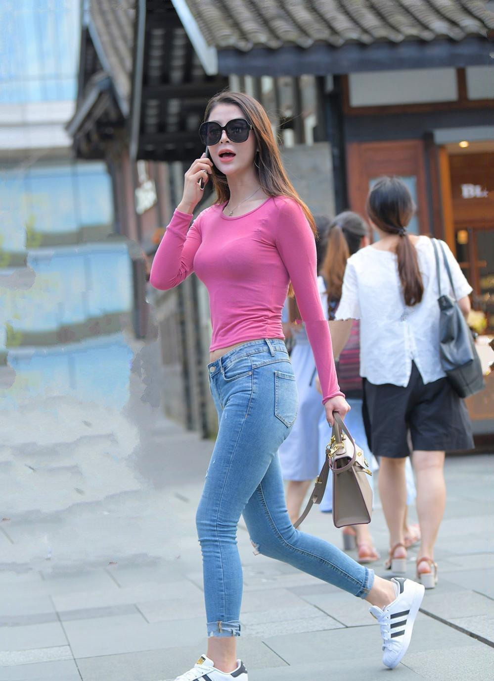 休闲时尚的穿搭窍门,潮流舒适的修身牛仔,适合有气质的女生
