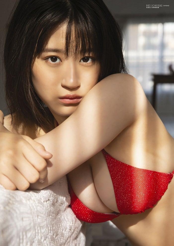 NMB48上西怜通过披露丰满胸围的红比基尼展现性感