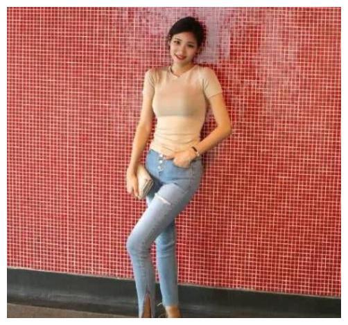 街拍:打底裤小姐姐时尚个性的潮流风格,彰显腿部魅力!
