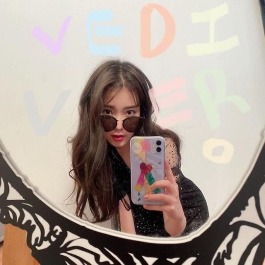 IU用时尚感十足的墨镜展示时尚品味