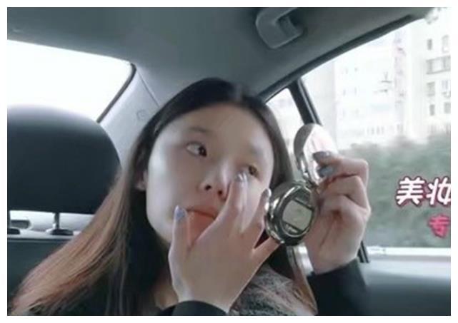 林允坐车上在线化妆,本以为会受颠簸影响,最后效果让人意外