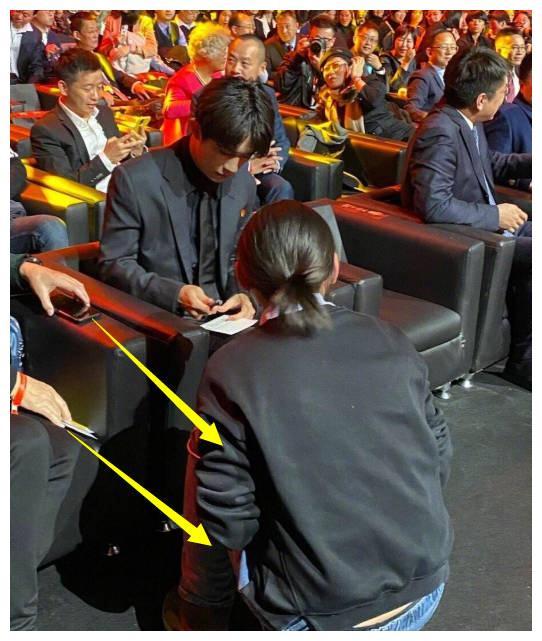 """""""耍大牌""""的易烊千玺,粉丝跪着要签名,得知原因却没人敢指责"""