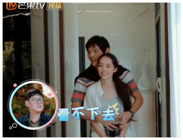 向佐和郭碧婷拥抱,看他抱住郭碧婷时手的位置,摄影师拍下画面