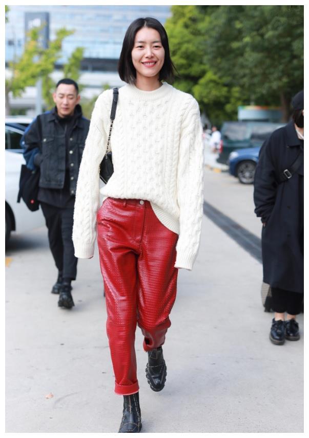 丑到极致的红皮裤,本以为没人驾驭得住,结果刘雯穿出潮流感!