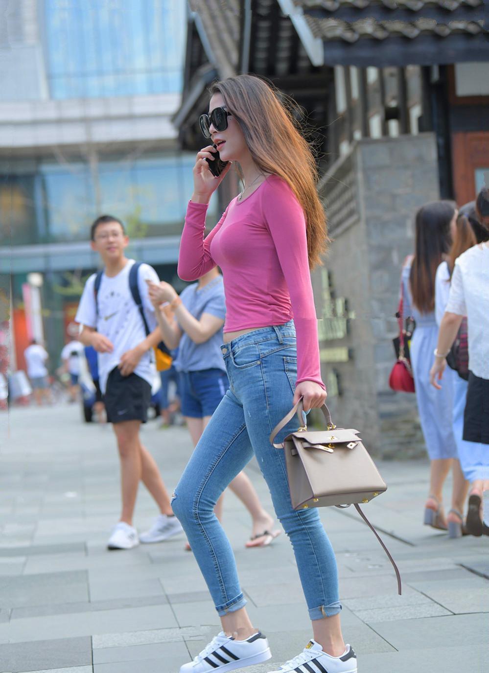流行的穿搭小技巧,时尚潮流的显瘦牛仔,适合爱逛街的女生穿
