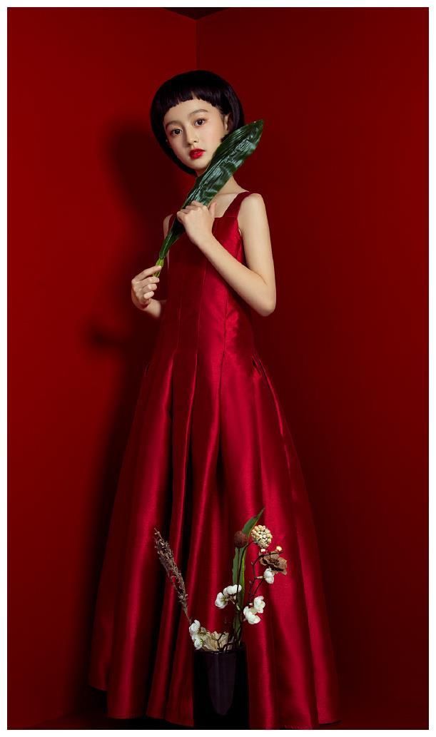 最美童星裴佳欣才11岁,就美得窒息,都可以做中国娃娃形象大使了