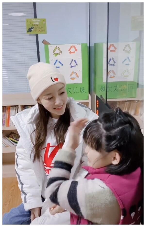 李小璐现身某福利机构探望残疾儿童,带去礼物与孩子们做游戏互动