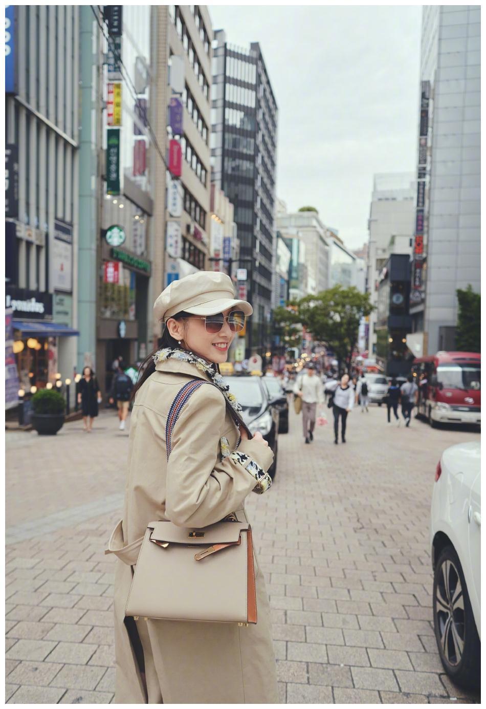 辣妈黄圣依衣着时尚逛闹市 风衣衬出好身材