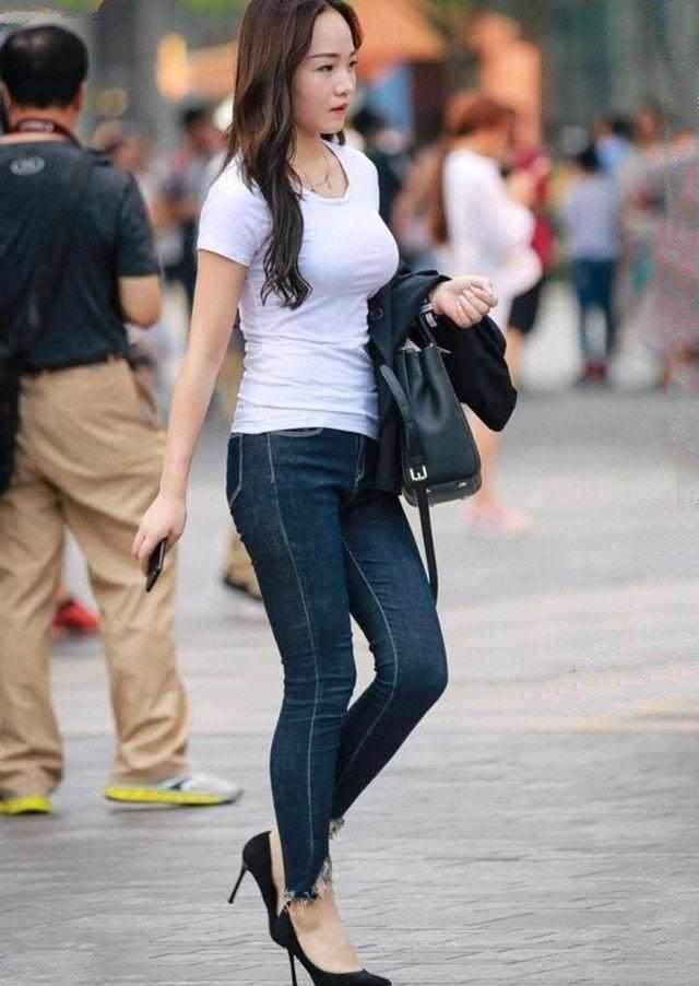 百搭流行的穿搭窍门,潮流时尚的瘦身牛仔裤,适合女生休闲穿