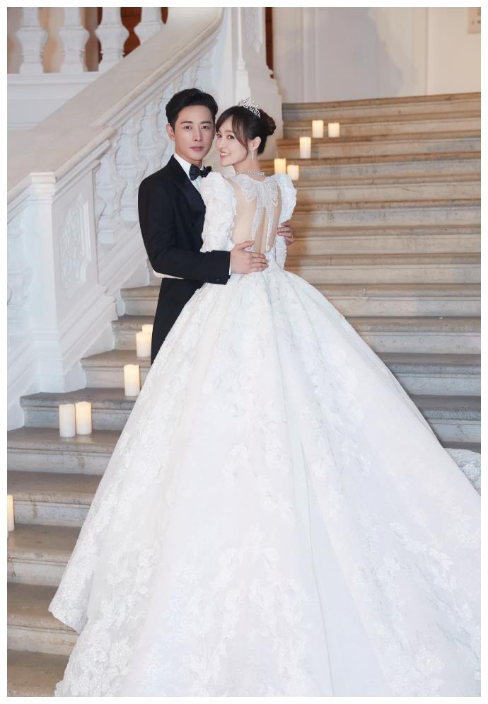 """唐嫣婚纱背后的含义:1206朵玫瑰刺绣,""""蝶恋花""""寓意十足"""