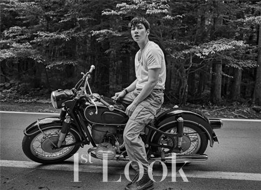 池昌旭公开骑着摩托车的活动写真 动摇女人心的热切目光