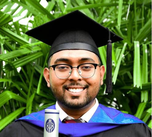 马来西亚22岁小伙,从保安制服到毕业礼袍,晒对比照成励志偶像