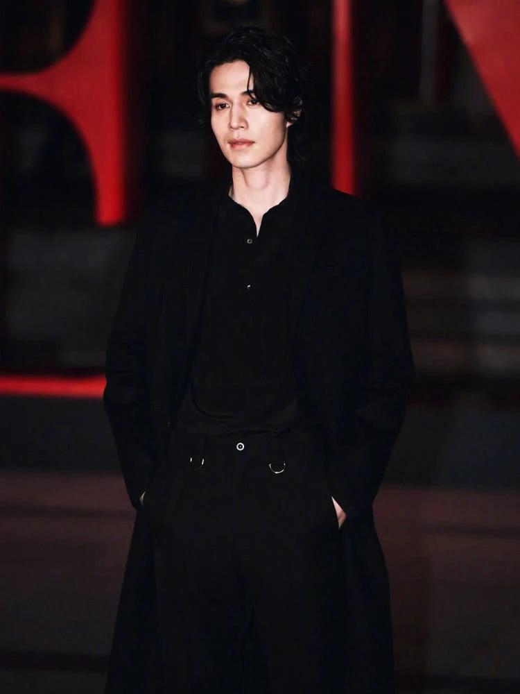 演员李东旭作为韩国代表出席了北京举行的Valentino时装秀
