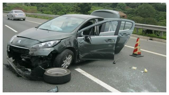 高速上行驶时,遇到石块是躲还是撞?老司机:再说最后一次,记好